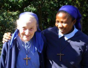 Petite soeur Jeanne et une petite soeur d'Afrique